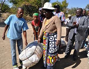 Entrega simbólica de bens diversos a membros da comunidade Koisan na Huíla