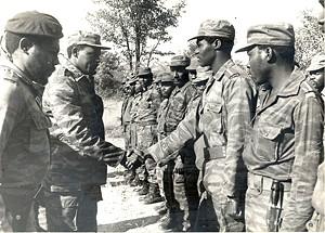 José Eduardo dos Santos cumprimenta as tropas na frente da Cahama que se opunham ao avanço do inimigo