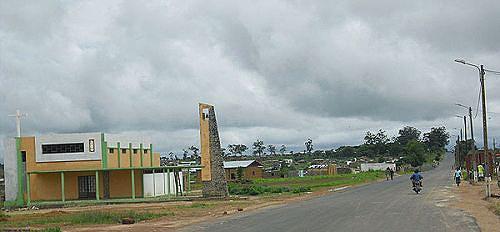 Vista parcial da sede de Calucinga onde estão em execução várias acções como a reabilitação as vias de acesso