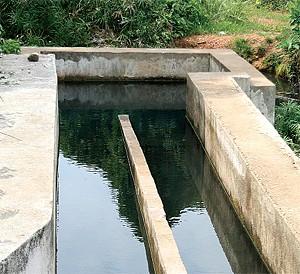 Pequena represa do rio Mucari onde foram feitos trabalhos para melhorar a captação de água destinada aos habitantes de Ndalatando