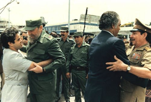 Manuel Rojas García e Ramón Quesada Aguillar recebidos por Fidel Castro e Raul Castro Ruz no aeroporto de Havana