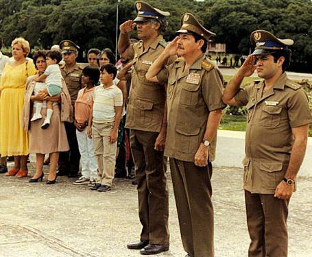Revista das tropas com o então ministro das Forças Armadas de Cuba Raul Castro Ruz