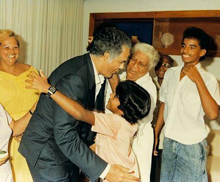 O abraço do filho mais novo no dia do  reencontro com familiares em Havana