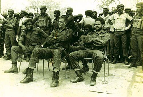 Os dois pilotos cubanos e o capitão Sacadura sentados num desfile organizado na Jamba para assinalar o 11 de Novembro em 1987
