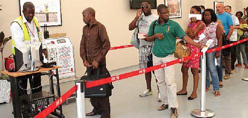 Passageiros são atendidos nas instalações provisórias da sala de embarque do aeroporto doméstico de Luanda preparada para garantir atendimento com eficiência