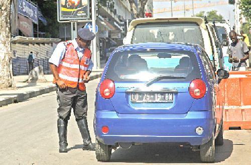 O agente regulador de trânsito deve apenas solicitar a documentação do automobilista e passar a multa caso for necessário