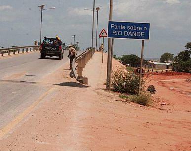 Na Barra do Dande a estrada oferece segurança aos automobilistas que aí se deslocam