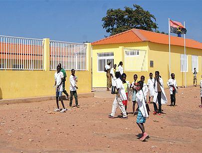 Grupo de alunos à saída de uma das dezenas de novas escolas primárias erguidas pelo governo para garantir oportunidade de formação para todos no quadro dos esforços de combate à fome e à pobreza em curso no país