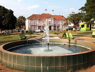 Repuxos de água no jardim situado defronte ao edifício sede do governo provincial da Lunda-Sul o local preferido por muitos munícipes para passar os tempos livres