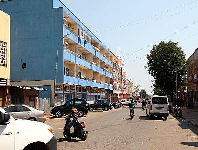 A rua da Liberdade é uma zona muito movimentada na cidade de Saurimo por albergar lojas e o mercado municipal