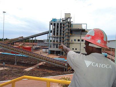 Edifício da central II de tratamento em destaque e parte do sistema de correias que trasnporta o cascalho levado da mina