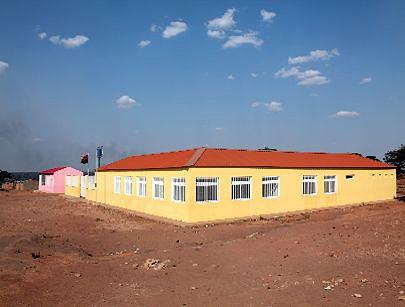A nova escola erguida no Muandondji orgulha as crianças que todos os dias beneficam de merenda escolar distribuída pelo Catoca