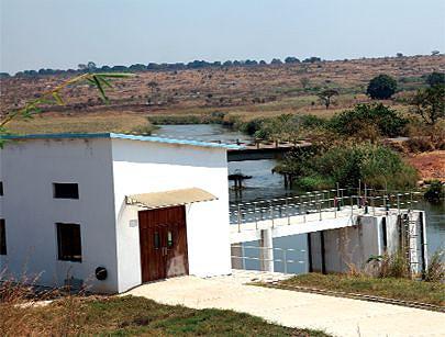 Edifício que abarca a casa de máquinas de sucção a partir de um tanque construído no leito do rio Chicapa à vista nesta imagem