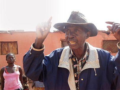 Apesar de carregar o peso da idade o ancião  Dinis Dova regressou da RDC para com a sua vasta família recomeçar a vida contando com o apoio do Governo angolano