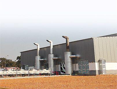 Fachada traseira da nova central térmica de energia onde se divisam as três chaminés que emitem os gases queimados pelos grupos geradores instalados no interior do edifício