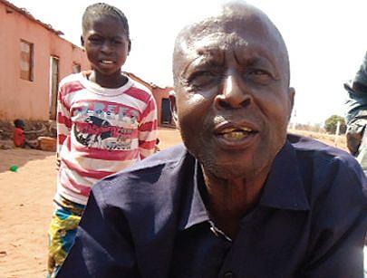 A alegria  no rosto do ancião Daniel Mafuta prova que o regresso à pátria foi a melhor decisão tomada para recomeçar a vida com toda a família