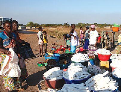 O excedente das colheitas é vendido em pequenos mercados instalados junto às vias para adquirir outros bens de consumo
