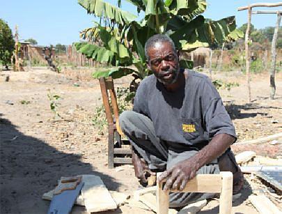 O ancião Agostinho Samuambeno ocupa parte dos seus tempos livres a exercitar a carpintaria no recinto da sua casa fabricando vários artigos de uso doméstico