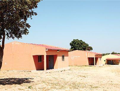Duas casas para os técnicos e ao fundo uma vista do posto médico da vila