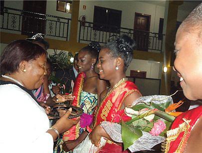 Governadora Cândida Narciso saudando as vencedoras da gala alusiva às festas da cidade
