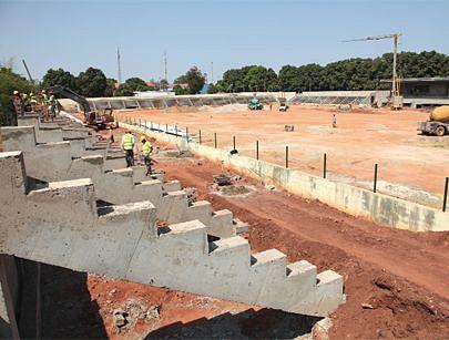 Fachada principal da bancada e respectivo muro divisório entre outras estruturas em construção para inovar o Estádio das Mangueiras na cidade de Saurimo e dotá-lo de capacidade para acolher cerca de oito mil espectadores