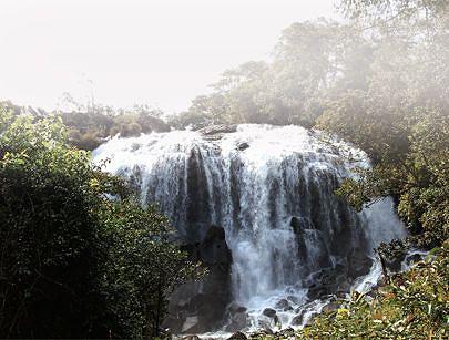 Uma vista deslumbrante das quedas sobre o rio Txiumbwe no município de Dala um dos atractivos turísticos da província que quebra a monotonia dos nativos e estrangeiros apostados no lazer durante os finais de semana