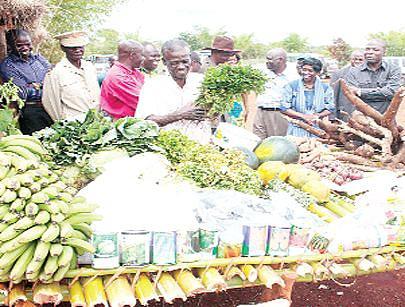 Governador Ernesto Muangala assiste à exposição de produtos numa feira agrícola