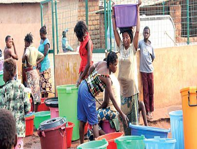 Nos bairros suburbanos a instalação de fontanários garante às populações o acesso à água potável e melhor higiene e sanidade