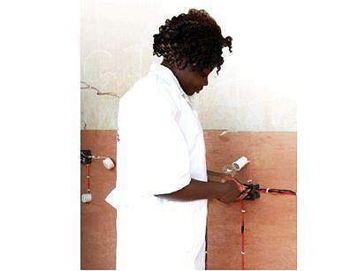Maria Nlandu Barros está no curso de electricidade e tornou-se numa aluna especial