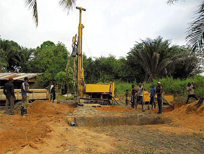 Construção de um poço artesiano na comuna de Sumba para obtenção de mais água