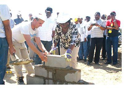 Governadora lança primeira pedra para a construção de casas evolutivas no Virei