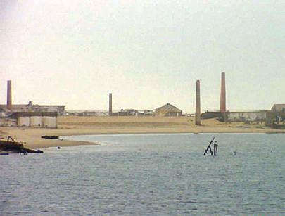 O estado de abandono a que está votada a ilha dá à mesma um ar de praia fantasma