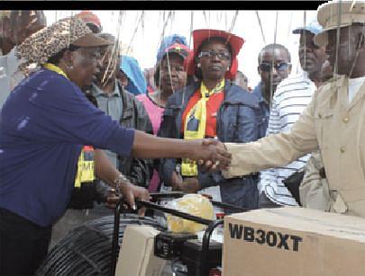 A governadora provincial esteve recentemente na Aldeia Rural da Pupa para entregar às autoridades tradicionais vários bens como motobombas e outros para o fomento agrícola