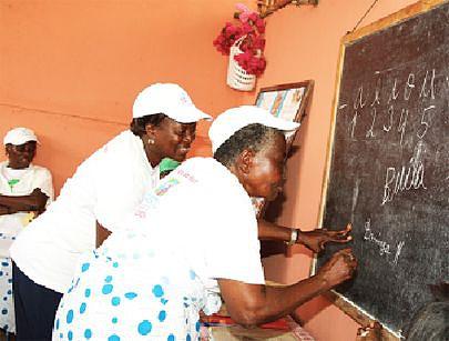 Muitas anciãs principalmente de zonas rurais têm acorrido às aulas de alfabetização que são ministradas por várias instituições