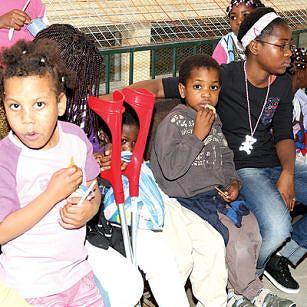 Os pequenos demonstram muita felicidade por voltarem a ver os seus pais e irmãos