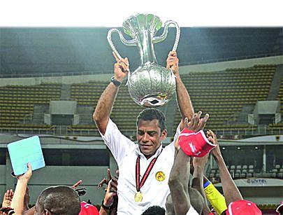 Miller Gomes carrega o trofeu
