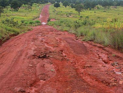 A foto documenta o estado em que se encontra a principal via de acesso à comuna do Lunge