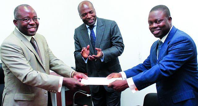 Governador Ernesto Muangala (ao centro) no momento em que era feita a entrega oficial das novas infra-estruturas da universidade