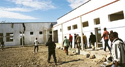 As escolas em construção foram visitadas pelo governador João Marcelino Tyipinge e por membros do Governo da província da Huíla
