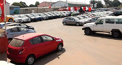 Carros de diversas marcas e de diferentes construtoras estão expostos na feira dos automóveis promovida pela organização Santos Bikuku