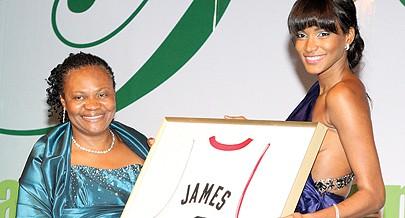 Leila Lopes ofereceu um quadro do jogador Lebron James à vice-presidente da fundação