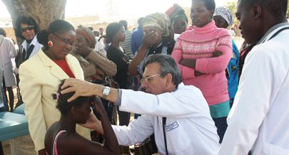 A actividade foi realizada à sombra da mulemba onde a equipa de médicos da Faculdade de Medicina fez consultas em diversas áreas