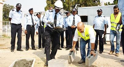 Comandante-geral da Polícia Nacional Ambrósio de Lemos no acto de lançamento da primeira pedra da base aérea regional