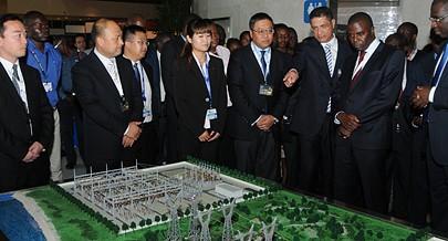 João Baptista Borges  dá explicações dos projectos do sector apresentados na feira sobre energia ao ministro de Estado e Chefe da Casa Civil