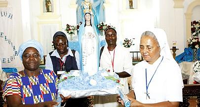 Centenas de fiéis protestam contra a atitude dos jovens que vandalizaram a imagem da Mamã Muxima durante uma missa dominical