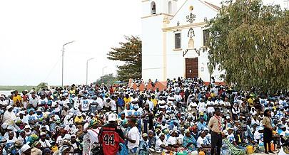 Milhares de fiéis durante uma das peregrinações que se realizam todos os anos em Setembro em homenagem à Nossa Senhora da Muxima