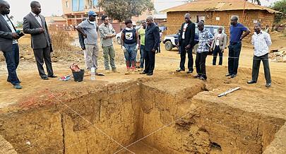 Governador provincial Joanes  André e responsável da cultura visitou o cemitério onde  se presume estarem enterrados antigos reis
