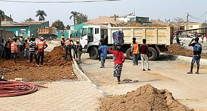 Obras de reabilitação de ruas e passeios dão outra imagem à cidade e a melhoria da distribuição de água potável facilita a vida das populações