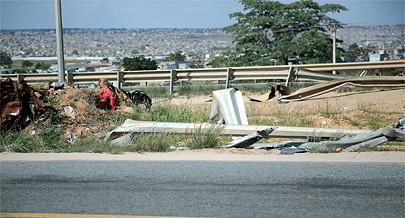 Resultado de imagem para postes de iluminação danificados maputo na rodovia