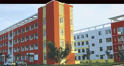 Este é o complexo escolar da Cidade de Cacuaco com blocos de salas e laboratórios além da área admnistrativa e pavilhão desportivo